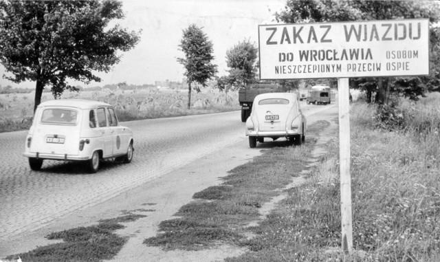 Do czasu koronawirusa to była największa epidemia, jaka nawiedziła Wrocław. Był rok 1963, kiedy we Wrocławiu zaatakowała ospa prawdziwa, czyli tzw. czarna ospa. W mieście zachorowało wówczas 99 osób, 7 z nich zmarło.  Statystyki koronawirusa są o wiele drastyczniejsze - wirus zaatakował dotąd 1916 wrocławian i 8511 Dolnoślązaków. 215 mieszkańców regionu zmarło. Mimo że skala epidemii w 1963 roku była o wiele mniejsza, wprowadzone wówczas obostrzenia były o wiele bardziej dotkliwe. Wrocław został na 47 dni odcięty od świata. Do miasta nie mogły wjeżdżać osoby, które wcześniej nie zostały zaszczepione. Dwa tysiące osób podejrzanych o kontakt z wirusem trafiło do szpitala i izolatoriów w Szczodrem w gminie Długołęka. Podobny ośrodek powstał w Praczach Odrzańskich. Przewożono tu karetkami osoby z całego Wrocławia. Zobacz na kolejnych slajdach jak wyglądała epidemia we Wrocławiu w 1963 roku. Posługuj się klawiszami strzałek, myszką lub gestami.