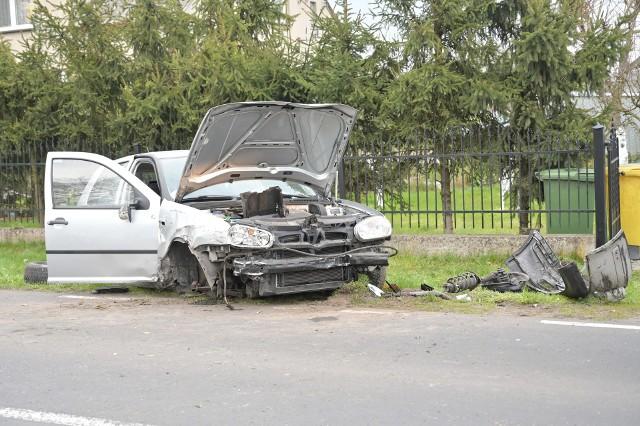 W Mokrem pod Grudziądzem samochód osobowy wjechał w ogrodzenie. Jedna osoba trafiła do szpitala