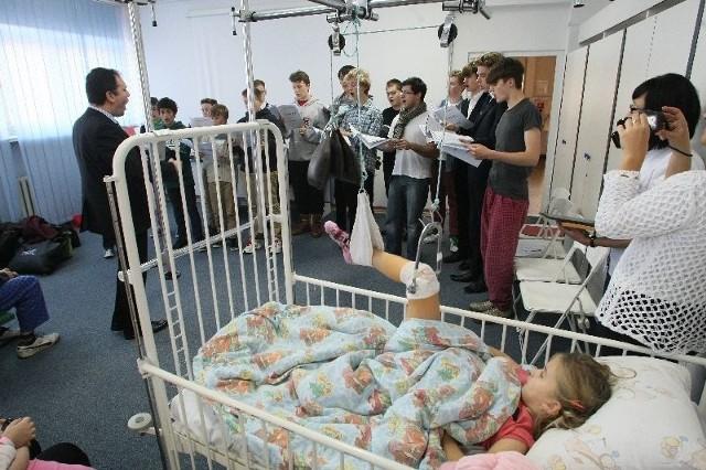 Angielskie słowiki z Trinity Boys Choir swoim śpiewem sprawiły ogromną radość małym pacjentom kieleckiego szpitalika