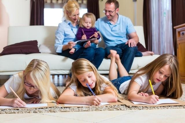 Strategia Demograficzna 2040 ma wpłynąć na poprawę życia polskich rodzin.  Rządzący chcą, aby Polacy nie bali się zakładać rodzin, a wspierać ma w tym ich polityka prorodzinna.