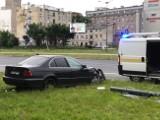 Zderzenie na Piłsudskiego! Auto aż ścięło latarnię! ZDJĘCIA