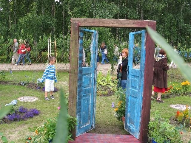 """Projektanci ogrodu """"Impresje z ogrodem wiejskim w tle"""" złożyli hołd tradycji i malowniczości wiejskich zagród."""