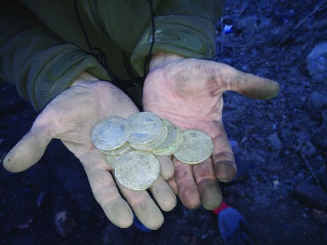 Monety wysypały się nagle, po naruszeniu warstwy ziemi i gruzu