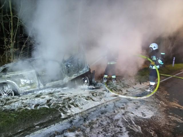 O godzinie 3 nad ranem auto wypadło z drogi i stanęło w płomieniach. Kierowcy nie było na miejscu.