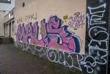 """Kraków. Miasto kontra graffiti. Zabazgrane kamienice i wiadukt - to """"sztuka"""" czy wandalizm?"""