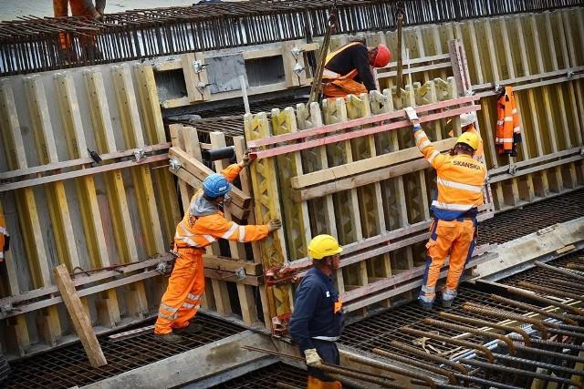 – we wrześniu 2016 pisaliśmy, że jest  rok do oddania do użytku obwodnicy Leśnicy, ale obecny termin podawany przez Wrocławskie Inwestycje to I kwartał 2018 roku– Obornicka, Pełczyńska, Zajączkowska i Pęgowska – na lata 2017-18 zaplanowano remont ulic na drodze do Obornik. Do 30 września 2017 r. będzie gotowy projekt. Prace budowlane potrwają najwcześniej od jesieni 2017 i zakończą się najwcześniej 31 października 2018 roku.