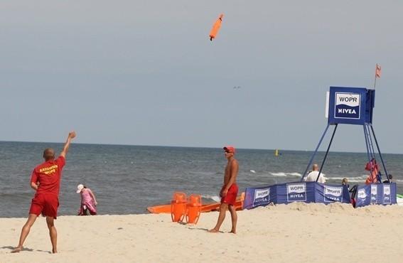 Tak wyglądała plaża w sierpniu zeszłego roku. Można było leżeć na piasku, opalać się, grać, ale za nic nie wchodzić do wody!