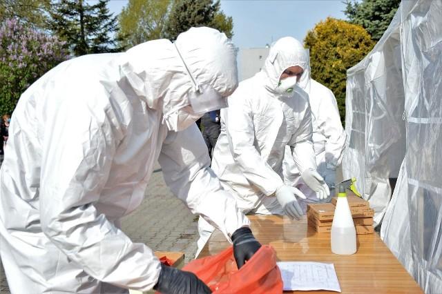 Opolscy żołnierze pobierają wymazy do badań na COVID-19 i rozwożą testy.