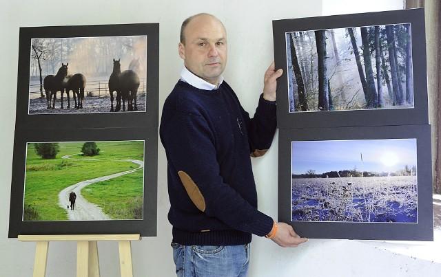 Artur Bieńkowski na wystawie swoich prac