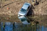 Pijany wjechał autem do rzeki. 28-latek z gminy Nakło usłyszał już zarzuty [zdjęcia]