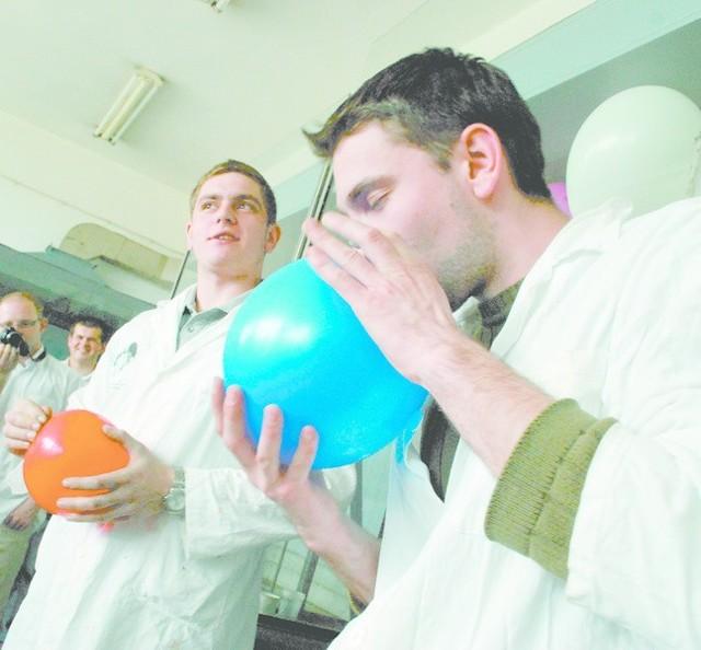"""Największym zainteresowaniem cieszyły się pokazy chemiczne. Młodzi naukowcy w zabawny sposób tłumaczyli tajemnicze zjawiska, np. jak przy pomocy helu mówić niczym krasnoludki z """"Kingsajzu""""."""