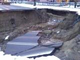 W Ostrowcu zapadła się jezdnia. Wyrwa ma kilkanaście metrów