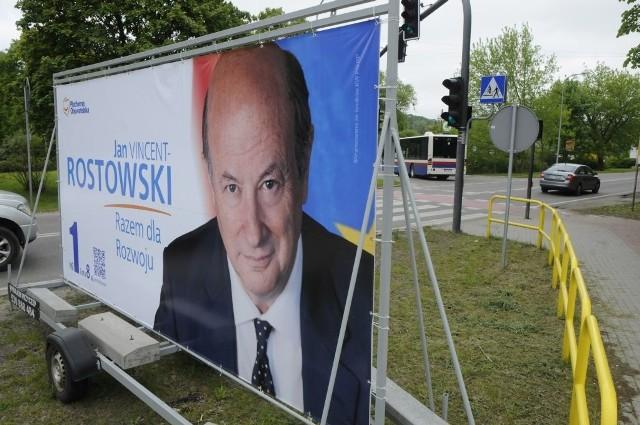 Ktoś, kto ustawił baner na lawecie w tym miejscu nie pomyślał. Wkrótce jednak reklama byłego ministra stąd odjedzie.