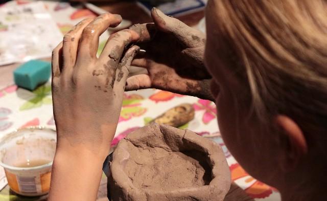 """Na środowych zajęciach zatytułowanych """"Cuda z gliny"""" dzieci najpierw obejrzały archeologiczną wystawę ceramiki pochodzącej z czasów kultury łużyckiej, a następnie zabrały się do lepienia figurek, naczyń i ozdób własnego pomysłu. Spotkanie prowadziła Magda Kalbarczyk.Zajęcia te zakończyły cykl wakacyjnych warsztatów, które  dla dzieci zorganizowała placówka. Kolejne edukacyjne zajęcia w grudziądzkim muzeum odbędą się we wrześniu."""