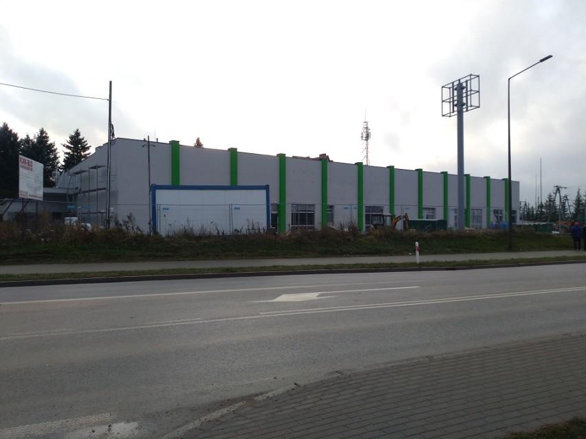 Nowa, a zarazem pierwsza w mieście, galeria handlowa mieści się przy drodze wjazdowej od strony Suwałk, vis a vis stacji benzynowej.