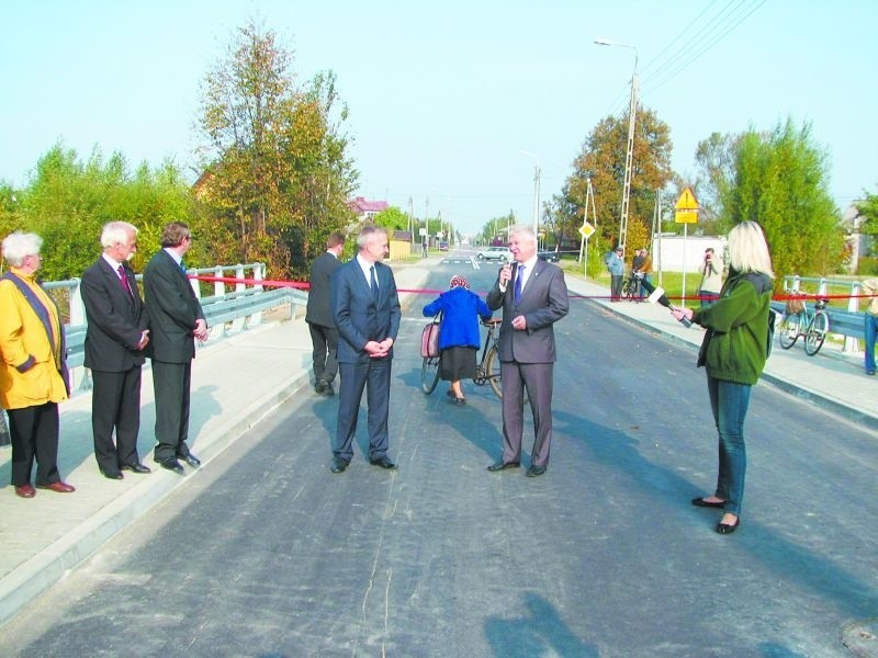 Starsza rowerzystka z Hajnówki, dzięki refleksowi wojewodzy Maciejowi Żywno,  pierwsza wypróbowała nową nawierzchnię mostu