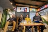 """Wybory parlamentarne 2019: """"Dwudziestki"""" z list wyborczych debatowały w Winiarni pod Czarnym Kotem w Poznaniu"""