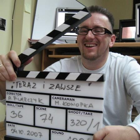 Mariusz Konopka od dziecka marzył o robieniu filmów. Dwa lata temu skończył prywatną filmówkę we Wrocławiu. Jego wcześniejszy film ,,Swoimi słowami'' kupił już C+.