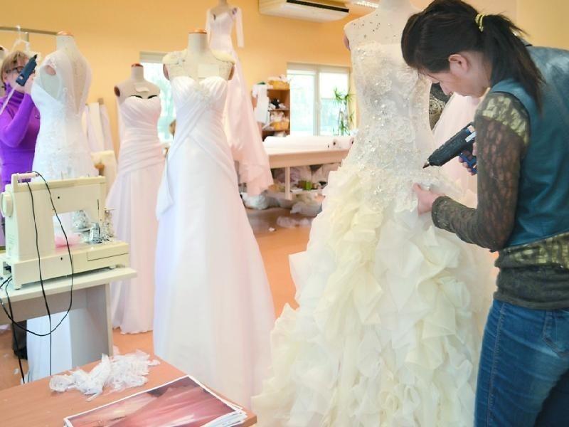 Ostatnie suknie (z prawie stu) z kolekcji, którą obejrzymy w sobotę, ręcznie ozdabiają plastyczki Monika Szpręglewska (z prawej) i Faustyna Wyżga