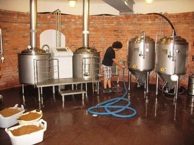 """Warzący piwo w """"Poziomce"""" 18-letni Jędrzej Kanurski jest najmłodszym w Polsce dyplomowanym piwowarem"""