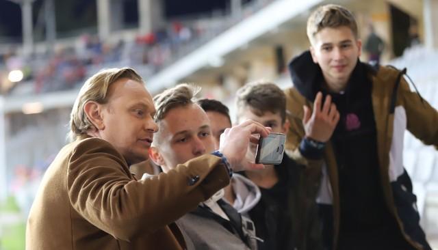 We wtorek na Suzuki Arenie w Kielcach reprezentacja Polski do 21 lat zagrała z San Marino w kwalifikacjach do turnieju finałowego mistrzostw Europy UEFA EURO 2023. Biało-Czerwoni wygrali 3:0. W drugiej połowie szansę występu dostał były piłkarz Korony Kielce Daniel Szelągowski. Mecz obejrzało ponad 4 tysiące kibiców. W tym gronie były znane osoby, nie tylko ze świata futbolu. Na pierwszym zdjęciu Sebastian Mila, były reprezentant Polski, obecnie ekspert telewizyjny. Jakie znane osoby były na meczu? Zobaczcie na kolejnych slajdach>>>