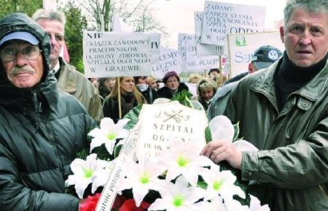 Około stu pracowników szpitala w Grajewie przywiozło ze sobą pod siedzibę podlaskiego NFZ transparenty, gwizdki, syreny, a także wieńce pogrzebowe i symboliczną trumnę