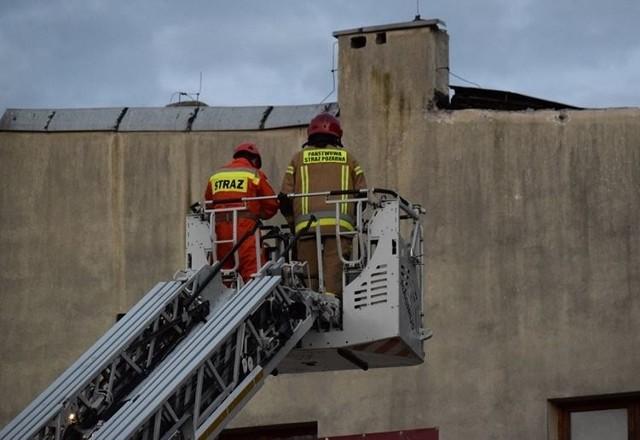 Aż 11 zastępów straży pożarnej interweniowało w wyniku zawalenia się dachu dwukondygnacyjnej kamienicy przy ul. Pomorskiej 73, gdzie jeszcze kilka lat temu działało prywatne liceum. W środę wieczorem runął fragment dachu o powierzchni ok. 40 mkw oraz strop nad pierwszym piętrem nieużytkowanego budynku.  Do północy obiekt był przeszukiwany przez pożarników i psy ratownicze. Na szczęście nikogo nie odnaleziono. Czytaj więcej na następnej stronie