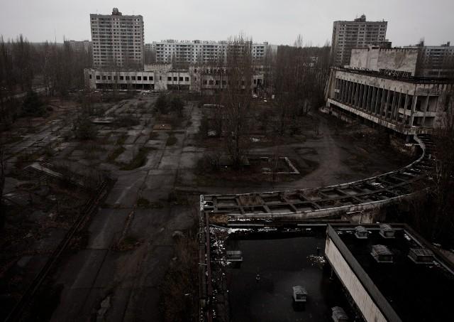 """Prypeć - miasto widmo. Widok z hotelu na plac centralny, głównie na Dom Kultury """"Elektryk"""". Nadal są w nim portrety Lenina."""