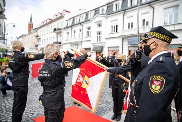 28-08-2020 Białystok. Tak strażnicy miejscy obchodzili przez Pałacykiem Gościnnym  swoje święto