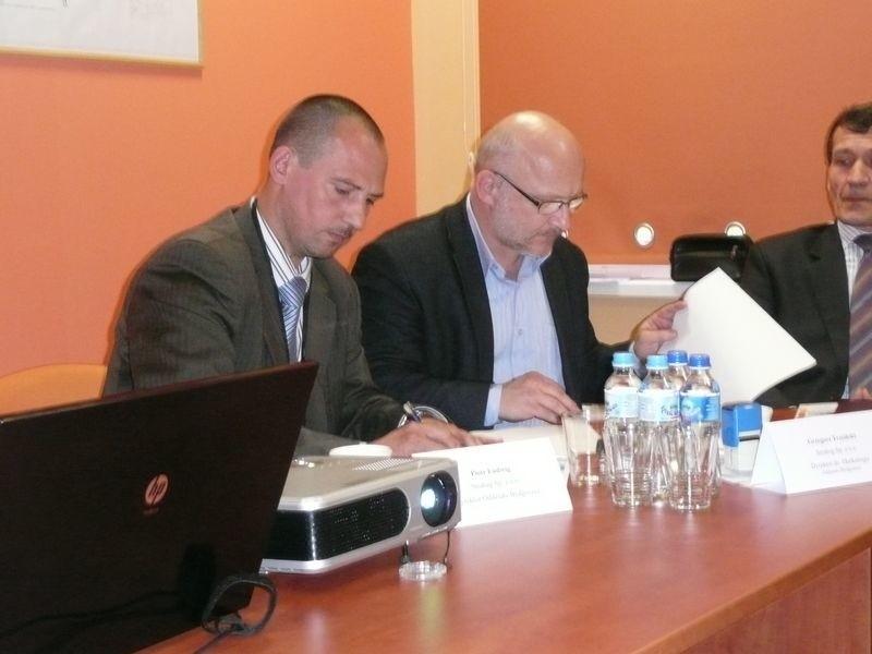 W imieniu firmy Strabag umowę podpisał Piotr Ludwig (z lewej strony), dyrektor bydgoskiego oddziału tej firmy