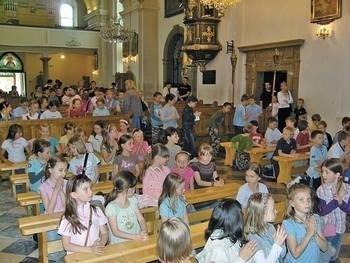 Dzieci, które przyjmą i Komunię Św. w kościele pw. NNMP w Myślenicach, przygotowują siędo niej pod okiem siostry Agnieszki. Fot. KATARZYNA HOŁUJ