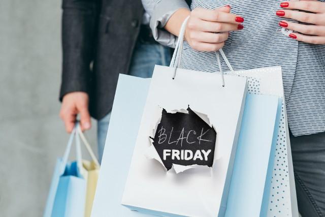 Na ten dzień wiele sklepów przygotowuje bardzo duże rabaty, dochodzące nawet do -90%. W Black Friday 2020 włączą się m.in. Media Expert, Media Markt, Sephora, Empik, 4F, Allegro, Reserved.