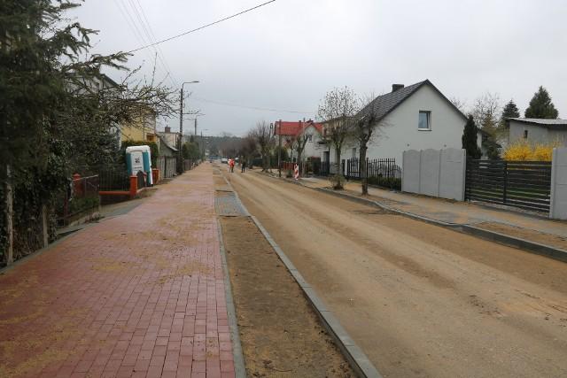 W Sępólnie trwają prace modernizacyjne na ul. Pokrzywnickiego (na zdjęciu) i osiedlu Leśnym. Latem rozpocznie się remont drogi Lutowo - Radońsk i w Piasecznie