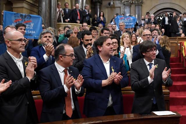 W pierwszym rzędzie od lewej: Raul Romeva, Jordi Turull, Oriol Junqueras i Carles Puigdemont. Trzej pierwsi trafili do aresztu, były szef rządu Katalonii przebywa na emigracji w Belgii, ale jest ścigany europejskim nakazem aresztowania