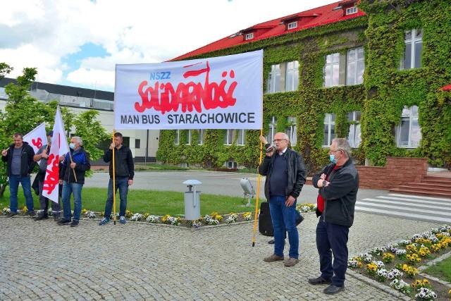 Podczas poprzedniej pikiety, 28 maja, przed biurem głównym MAN Bus przemawia Jan Seweryn
