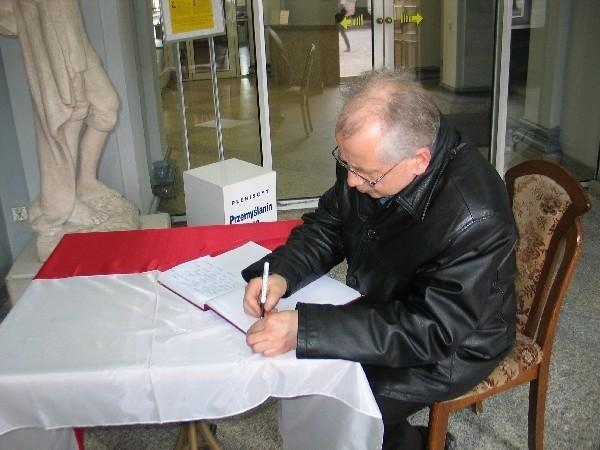 Księga kondolencyjna znajduje się w głównym holu Urzędu Miejskiego w Przemyślu.