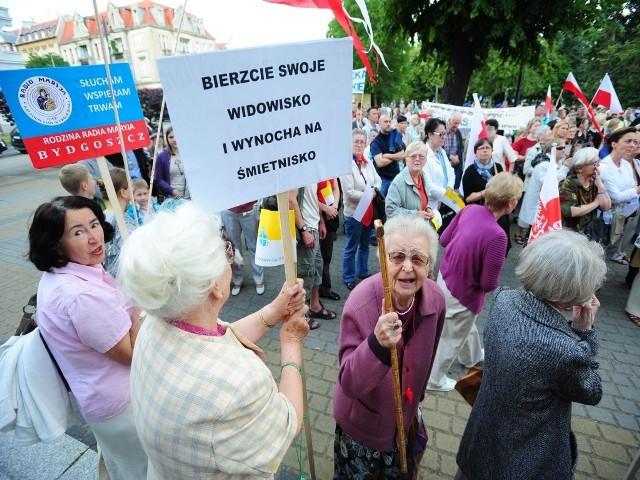 Manifestacja przed Teatrem Polskim.