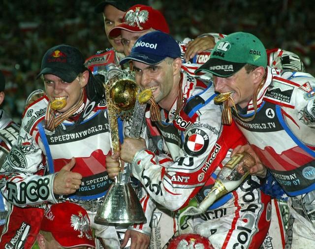 Od 2001 roku najlepsza reprezentacja na żużlu wyłaniana jest w formule Drużynowego Pucharu Świata. I bez wątpienia najlepsza w historii tych rozgrywek jest Polska. Przez ostatnich kilkanaście lat biało-czerwoni wywalczyli 11 medali - 7 złotych, 3 srebre i 1 brązowy. Po pierwszy triumf sięgnęli w 2005 roku we Wrocławiu, a jak toczyła się rywalizacja od tej pory - możecie przypomnieć sobie oglądając naszą galerię - od wspominanego wrocławskiego złota aż do ubiegłorocznego triumfu w Machesterze. To były lata wielkich zwycięstw, zaciętej walki i zwrotów akcji, wielkich postaci czarnego sportu i ogromnych emocji.