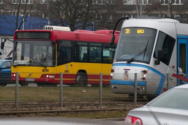 Wielkanocne zmiany w rozkładzie jazdy MPK we Wrocławiu. Sprawdź, które linie na Wielkanoc pojadą rzadziej, a które zostaną zawieszone.