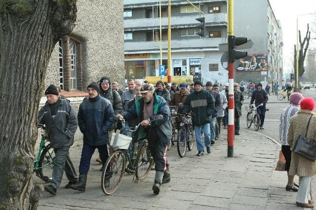 W drodze do urzędu wędkarze wzbudzali niemałe zainteresowanie przechodniów.