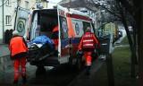 Staruszka zasłabła w mieszkaniu. Medykom drogę utorowali strażacy