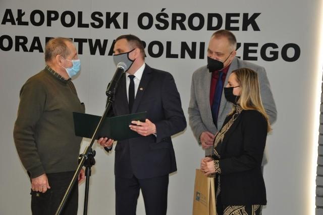Uczestnicy małopolskiego Konkursu Pasiek odbierają nagrody w MODR Karniowice