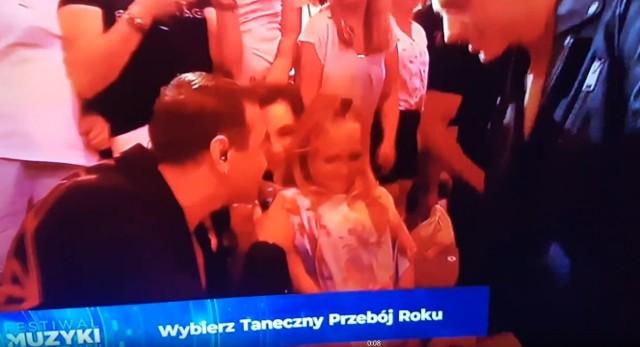 Niefortunne zachowanie wokalisty zespołu Weekend mogli obejrzeć widzowie Telewizji Polskiej.