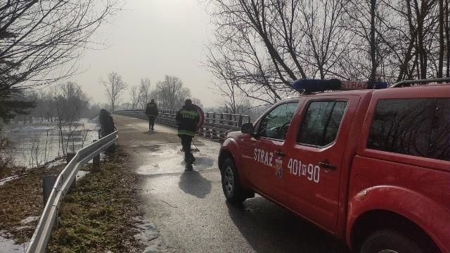 Lód na Pilicy stopniał, nie ma już zatorów, rzeka płynie całą szerokością. Strażacy monitorują sytuację.