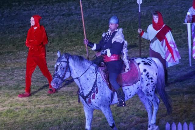 """Widowisko """"Orzeł i Krzyż"""" przedstawia najważniejsze momenty w historii Polski. Inspiracją dla wielu scen było polskie malarstwo historyczne."""