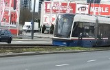 Wykolejony tramwaj na ul. Jagiellońskiej w Bydgoszczy. Ruch został przywrócony