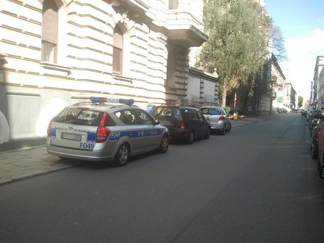 Przybyły na miejsce patrol policji nakazał zjechać kierowcom na chodnik przy ul. 6 sieprnia, by nie blokowali przejazdu na al. Kościuszki.