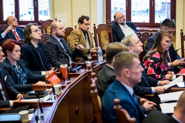 Powstało opracowanie dotyczące kierunków zapobiegania dyskryminacji w Bydgoszczy. Radni i urzędnicy bydgoskiego ratusza są podzieleni w ocenie wartości dokumentu.