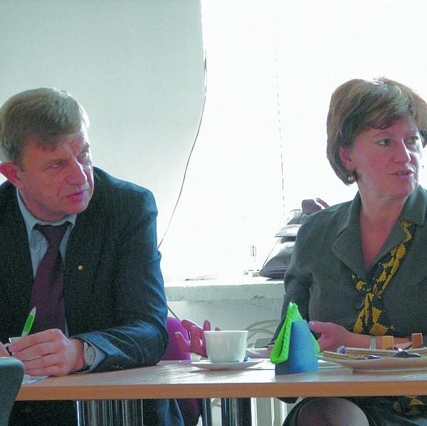 Zaszkodziły nam upadki postradzieckich molochów – przyznawał Regimantas Maiulis (z lewej), szef Litewskich Służb Zatrudnieniaw Olicie. – Na szczęście w Bielsku prężnie rozwijają się lokalne przedsiębiorstwa – odpowiadała Janina Mironowicz (z prawej), dyrektor Wojewódzkiego Urzędu Pracy w Białymstoku.