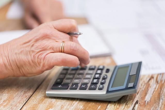 W kłopoty z niewywiązywaniem się ze spłaty zaciągniętych zobowiązań wpędzają emerytów też… ich własne dzieci i wnuki.